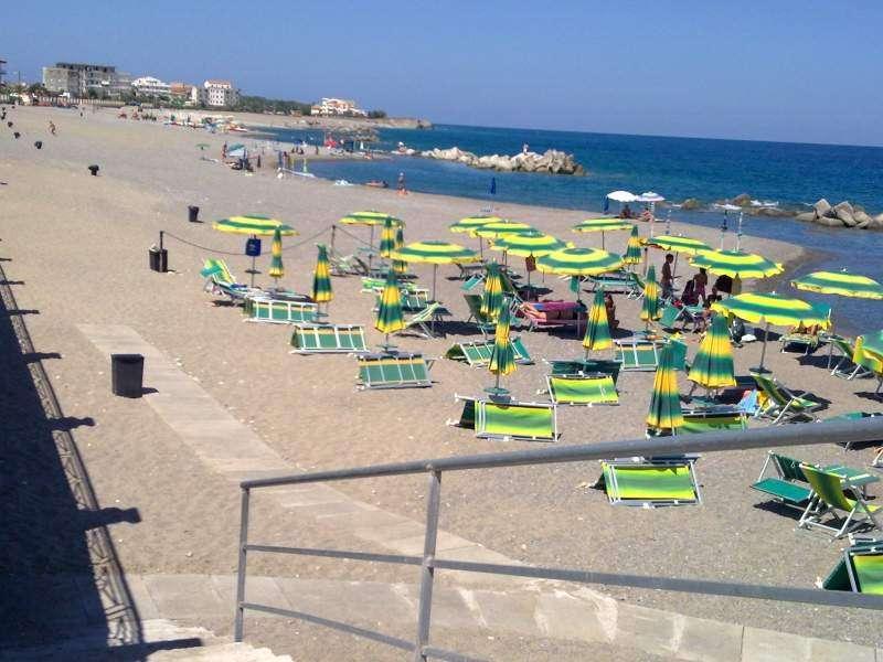 Ombrelloni in spiaggia in Calabria