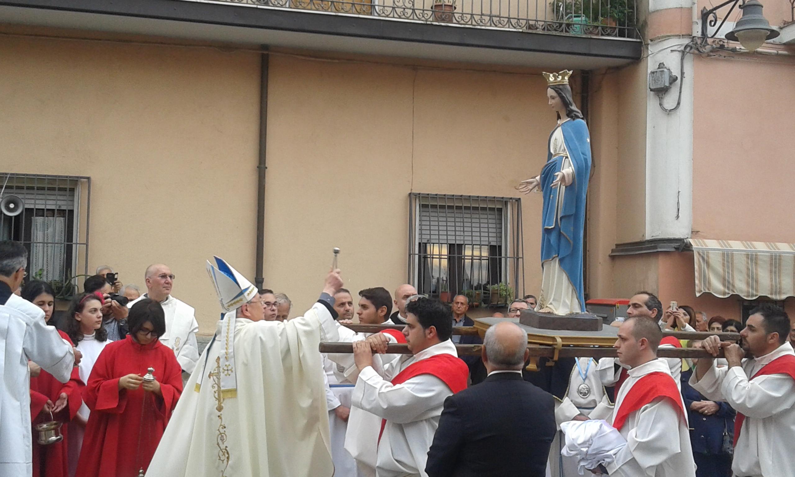 VIDEO - Dopo l'Affruntata shock, a Pizzoniè arrivata la nuova statua della Madonna
