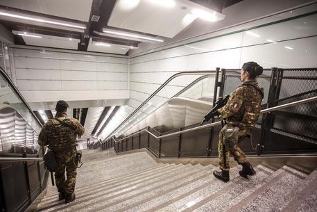 Panico in metro a Napoli, arrestato uomo armato di coltello