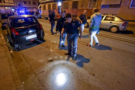 Pietra contro auto, bimba ferita a Napoli