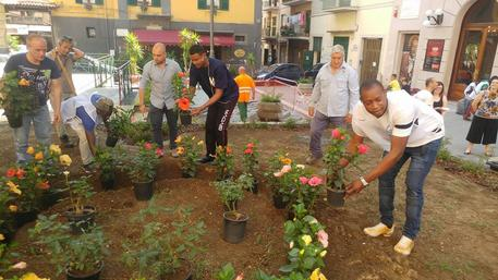 Residenti e migranti ripuliscono Piazza Eduardo De Filippo