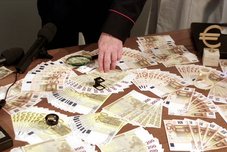 Euro e dollari falsi, arrestata coppia di falsari nel casertano