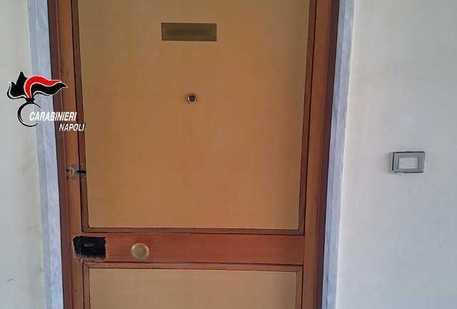Scampia, 90enne trova la serratura della porta di casa cambiata