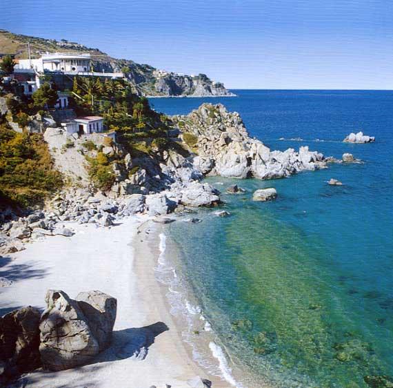 La spiaggia di Caminia di Stalettì, un tesoro tra grotte sacreLe meraviglie della Calabria, una regione da scoprire