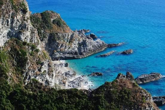 """La spiaggia """"Praia i focu"""", angolo incontaminato di Capo Vaticano  Le meraviglie della Calabria, una regione da scoprire"""
