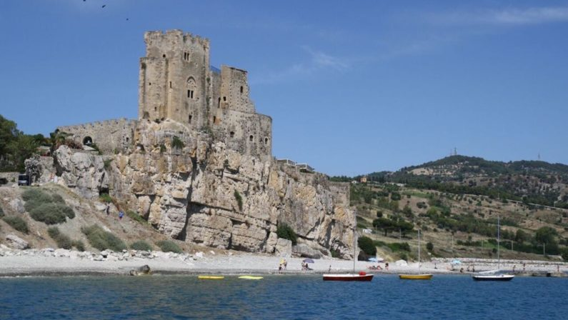 La spiaggia di Roseto Capo Spulico all'ombra del CastrumLe meraviglie della Calabria, una regione da scoprire