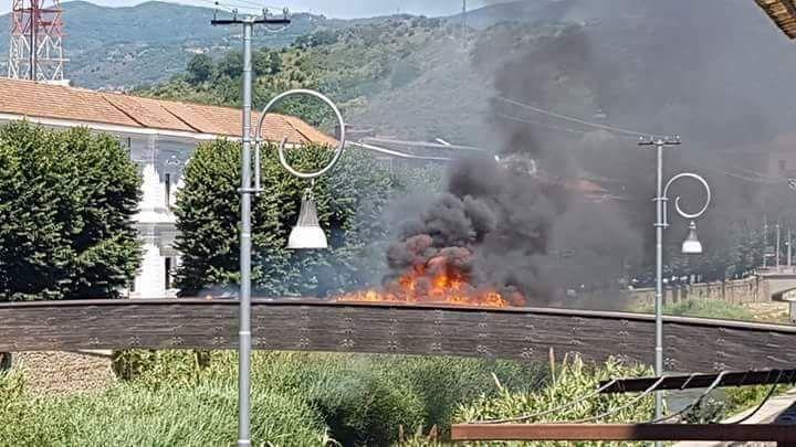 VIDEO - Incendio a un ponte di legno vicino al centro storico di Cosenza