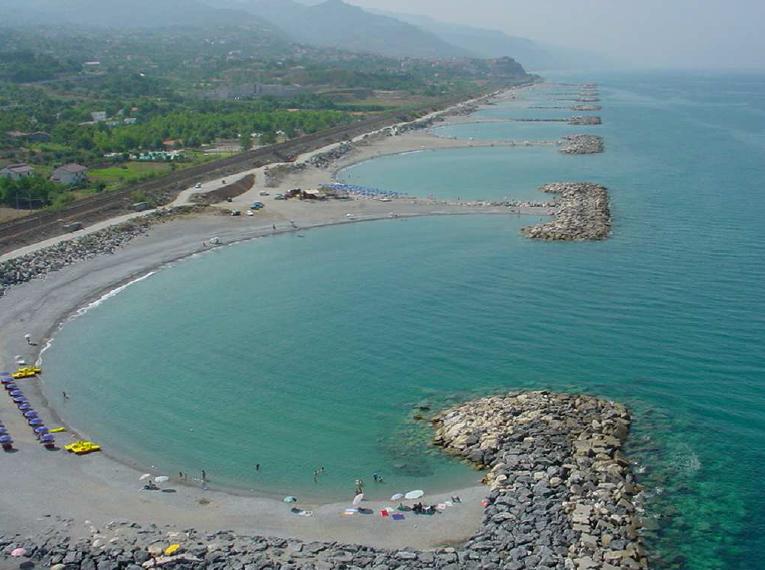 Sesso in spiaggia in pieno giorno, coppia denunciata nel Cosentino