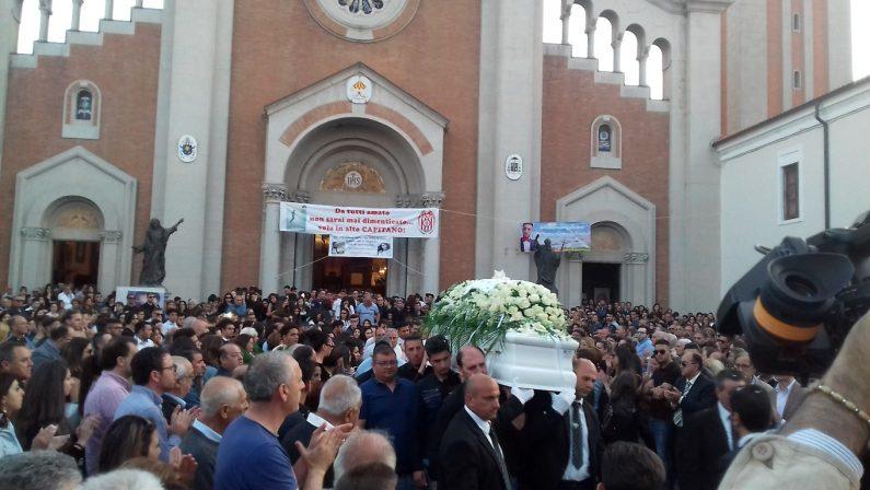 VIDEO - Omicidio a Mileto, l'uscita del feretro di Francesco Prestia Lamberti tra una folla commossa e applaudente