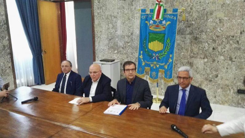VIDEO - Il comitato no metro consegna una petizione per dire no al progetto che interesserà le città di Cosenza e Rende