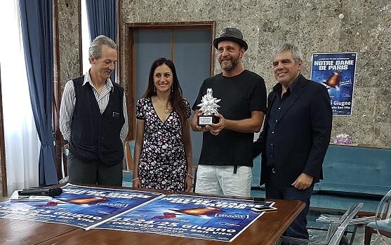 """VIDEO – A Cosenza la consegna del """"Riccio d'argento"""" a Notre Dame de Paris come miglior produzione di musica contemporanea di sempre"""