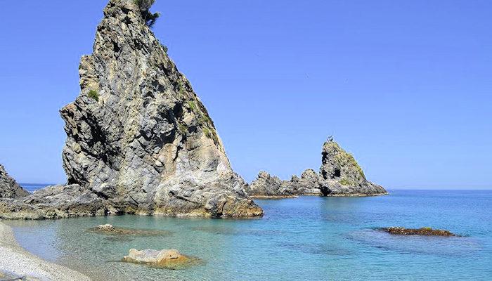 La spiaggia della Tonnara di Palmi e lo scoglio dell'UlivoLe meraviglie della Calabria, una regione da scoprire