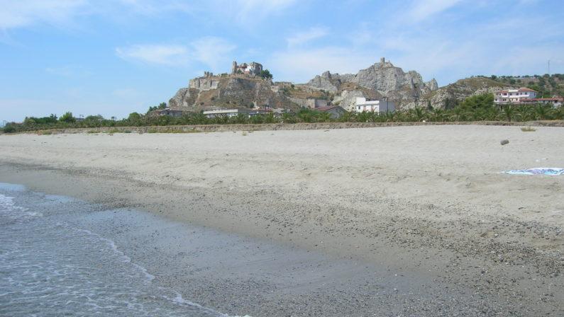 La spiaggia di Roccella all'ombra della rocca dei CarafaLe meraviglie della Calabria, una regione da scoprire