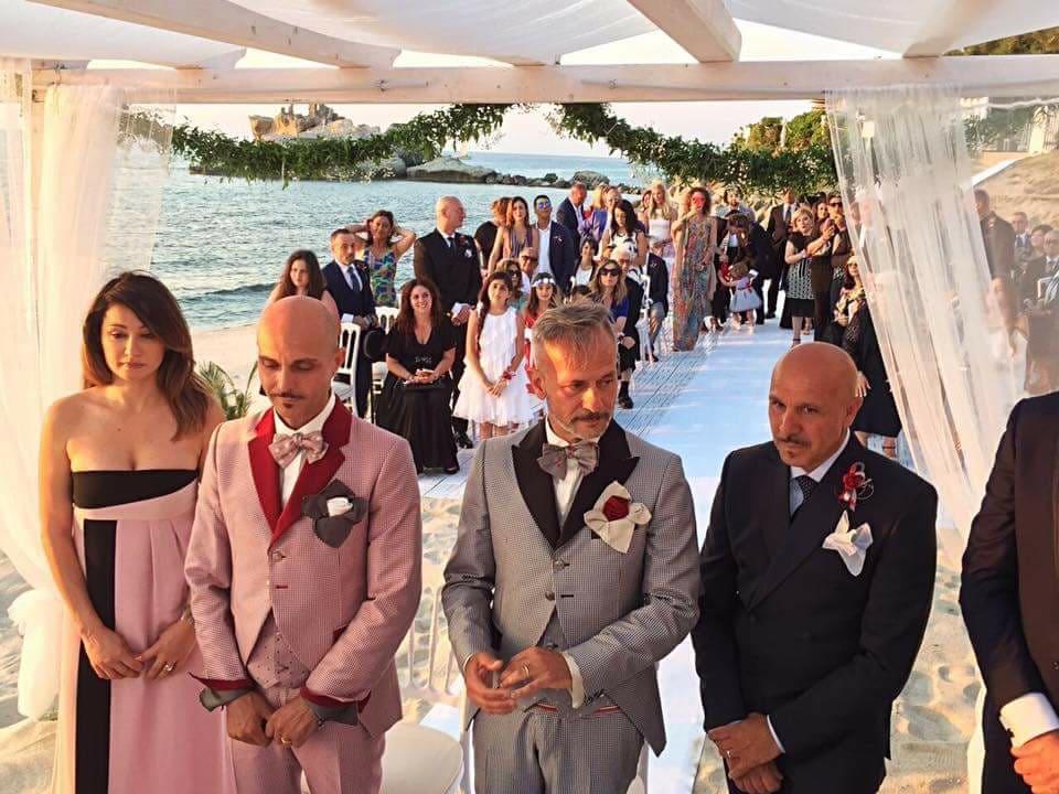 Prima unione civile nel comune di RicadiLuciano e Maurizio sposi sulla spiaggia
