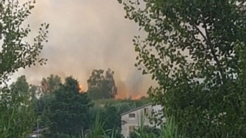 VIDEO - Incendio tra Rende e CastroliberoIn fiamme anche una discarica di rifiuti