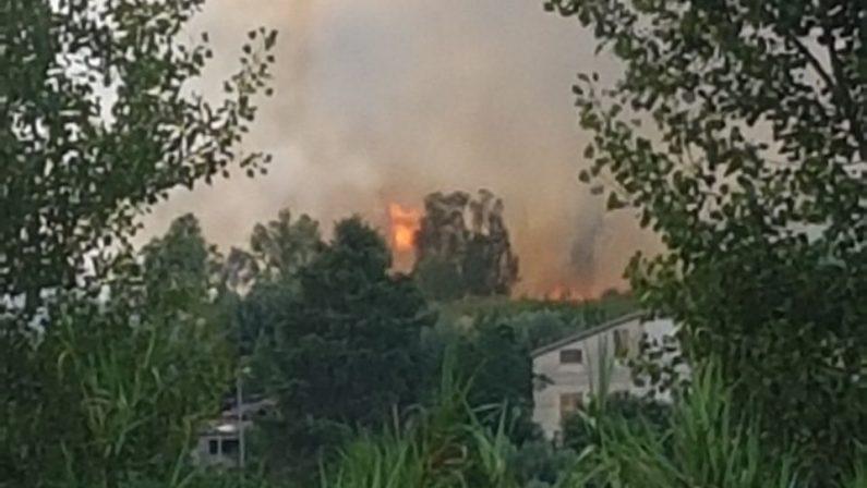 VIDEO - Incendio tra Rende e CastroliberoL'elicottero difende le case minacciate dal rogo