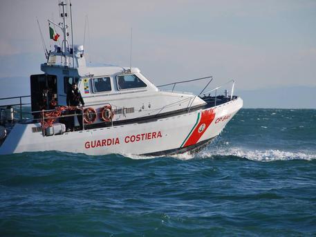 Fiamme su una barca a Pozzuoli, salvati due tecnici