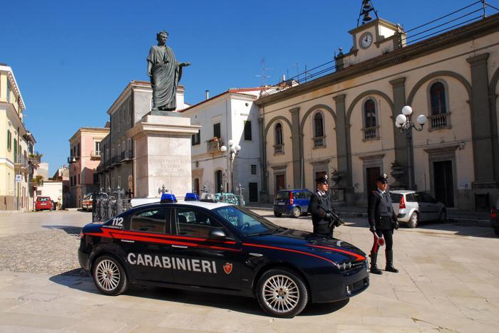 Non si fermano all'alt dei carabinieri e tentano di disfarsi dell'eroina, due arresti nel Potentino