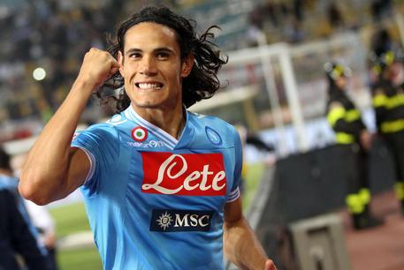 Cavani torna a Napoli per ritirare un premio: entusiasmo dei tifosi