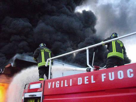 In fiamme collina in zona Flegrea a Pozzuoli