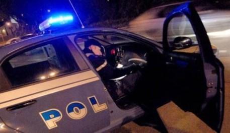 Calci contro la Polizia, in 60 aiutano i ladri