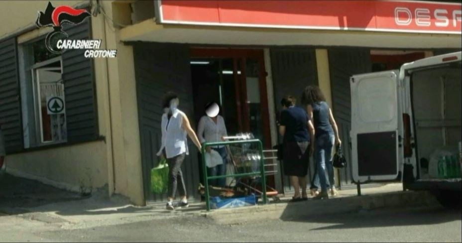 La donna individuata dai carabinieri all'uscita da un supermercato in orario di lavoro
