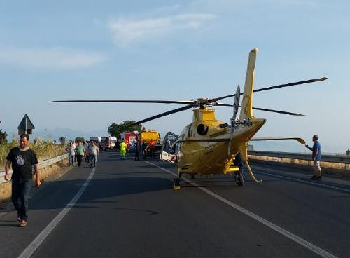 Perde il controllo della moto, inutili i soccorsiSbalzato oltre il guardrail: morto a Catanzaro