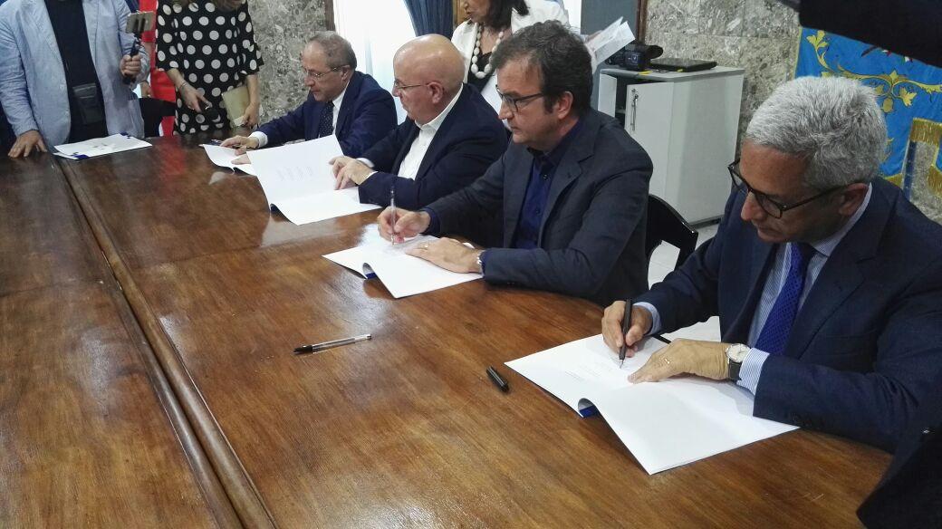 VIDEO - La firma sul progetto della metropolitana leggera di Cosenza: consegna prevista per il 2019
