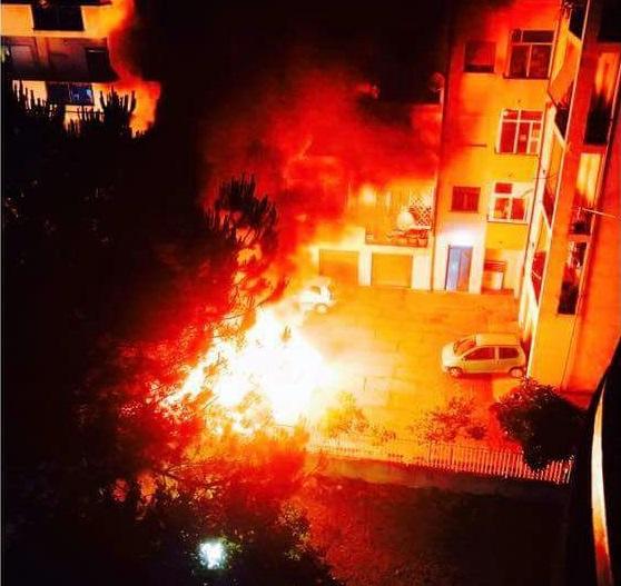 Due auto in fiamme tra case e distributore carburanteNotte di paura a Cosenza, avviate indagini su cause