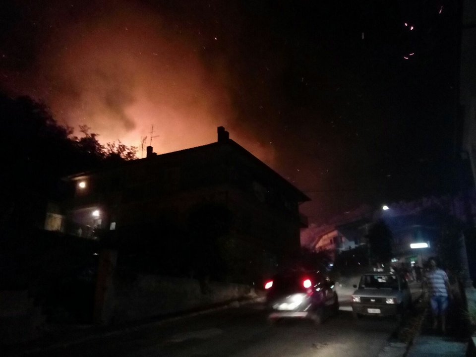 FOTO - Notte di paura nel Vibonese: un forte incendio colpisce Dasà