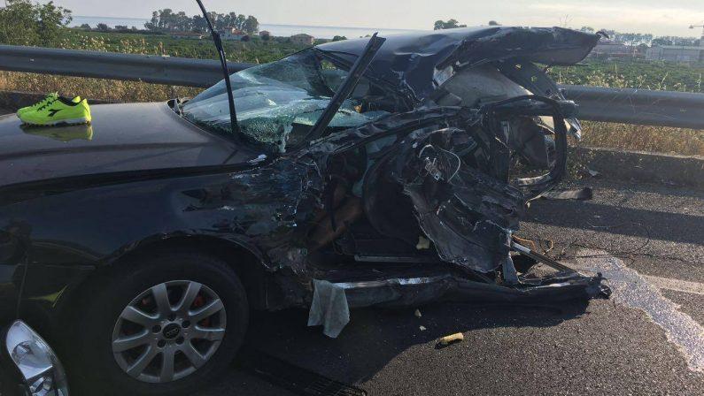 FOTO - Scontro sulla statale 106 nel CosentinoUn morto e tre feriti in incidente tra auto e camion
