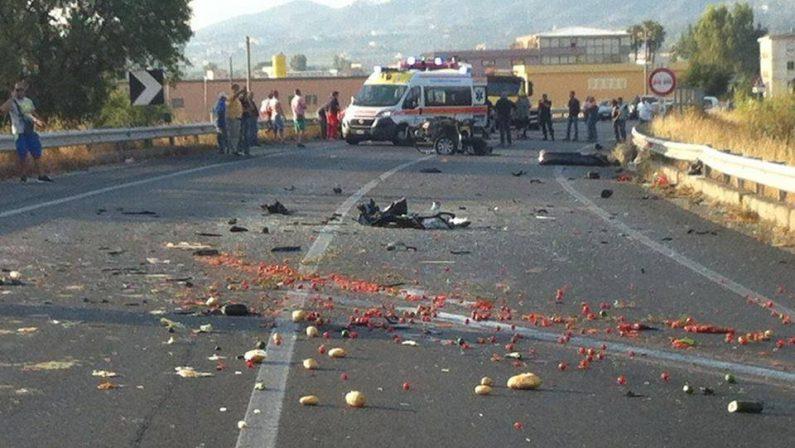 Scontro violento tra furgone e auto sulla statale 106  Muore uomo di 40 anni nel Cosentino, grave la moglie