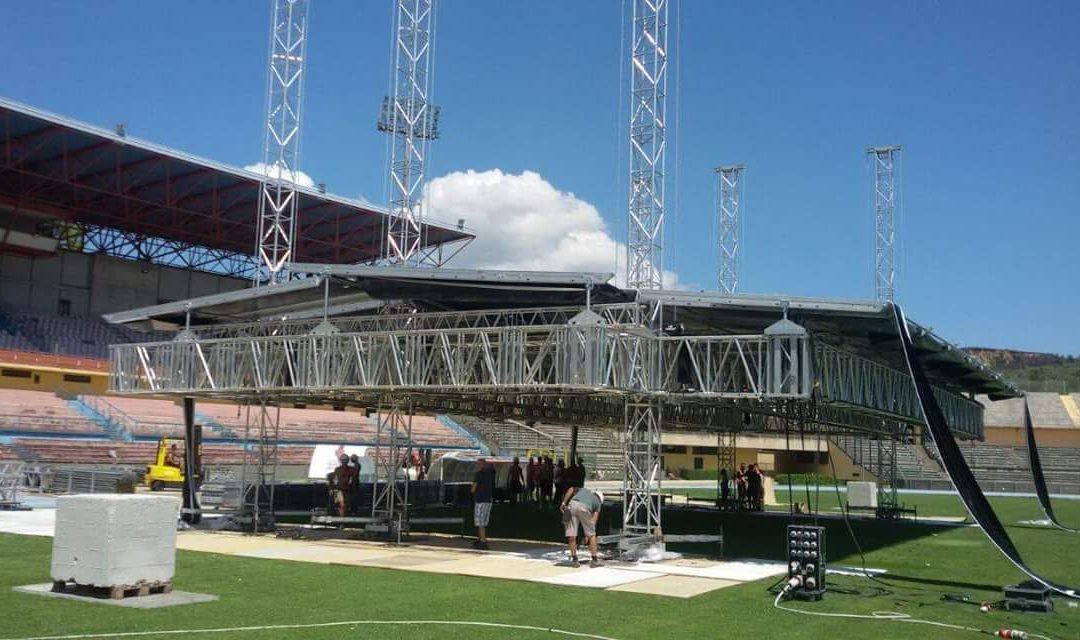 Il palco in allestimento allo stadio San Vito