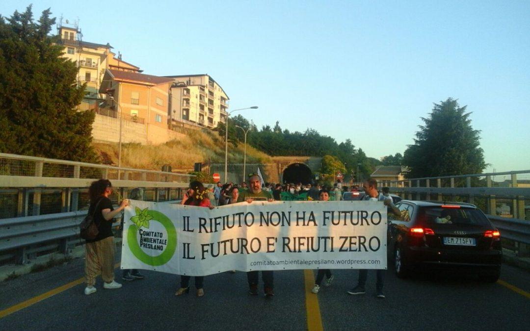Discarica di Celico, la protesta dopo la riapertura  Bloccato lo svincolo statale 107 contro i rifiuti
