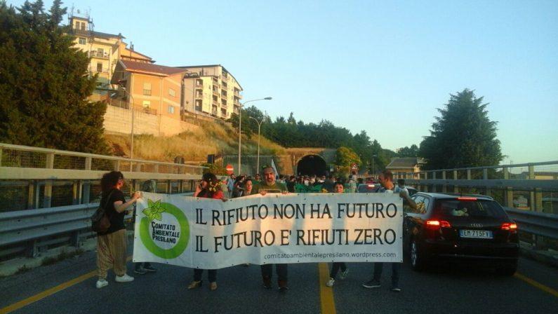 Discarica di Celico, la protesta dopo la riaperturaBloccato lo svincolo statale 107 contro i rifiuti