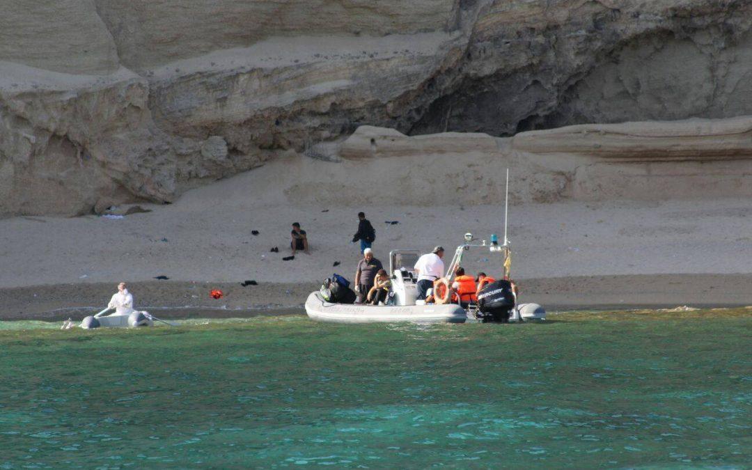 Migranti abbandonati sulla spiaggia di Baia di Riaci  All'alba scatta l'allarme sulla costa del Vibonese