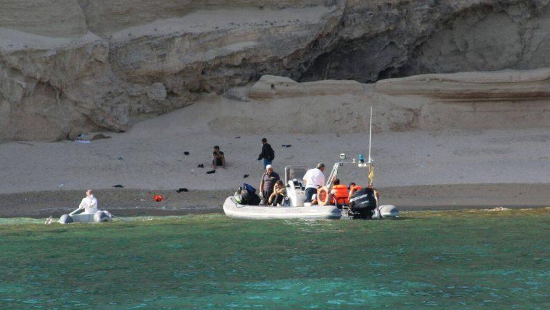 Migranti abbandonati sulla spiaggia di Baia di RiaciAll'alba scatta l'allarme sulla costa del Vibonese