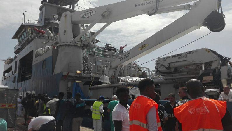 Nave con 520 migranti giunta nel porto di ViboA bordo anche 150 minori e due cadaveri