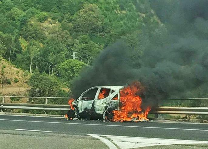 Auto in fiamme sulla statale 107 Silana-CrotoneseCode per qualche ora nei pressi del bivio di San Fili
