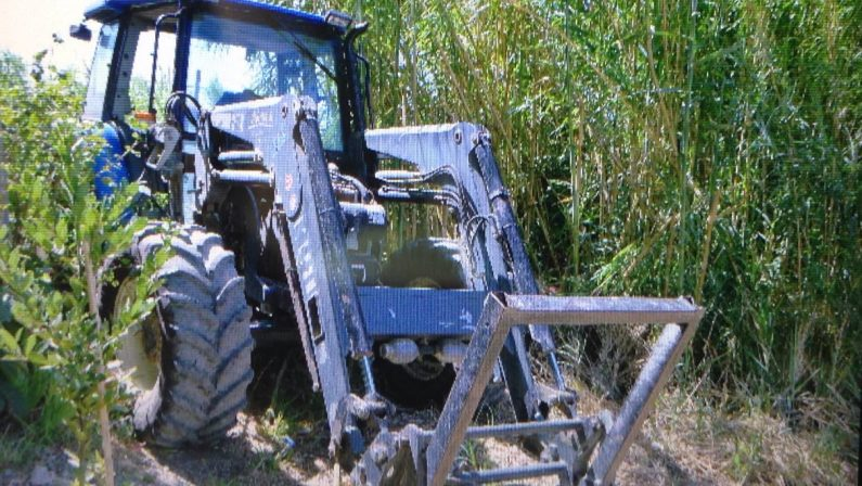 FOTO - Bancomat sventrato nel CatanzareseMalviventi in azione con un trattore