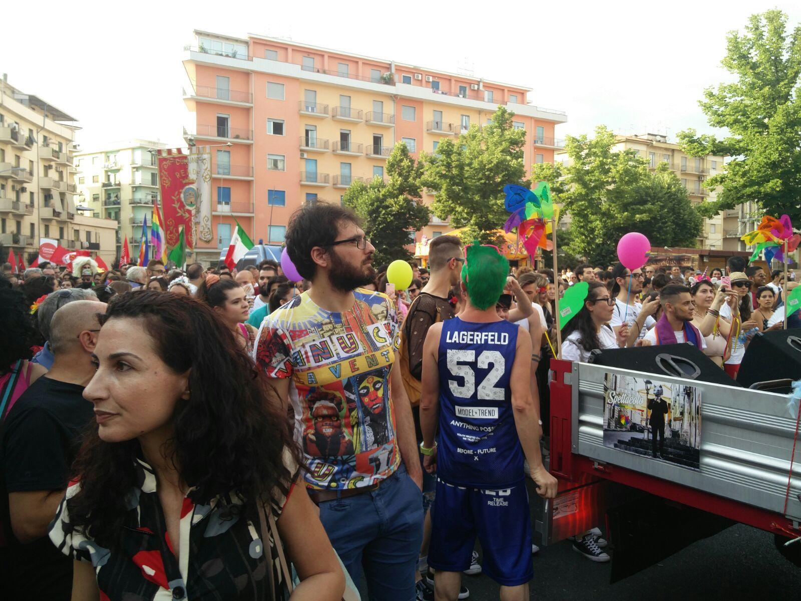VIDEO - La grande festa del Gay Pride a CosenzaL'onda gioiosa attraversa le strade della città