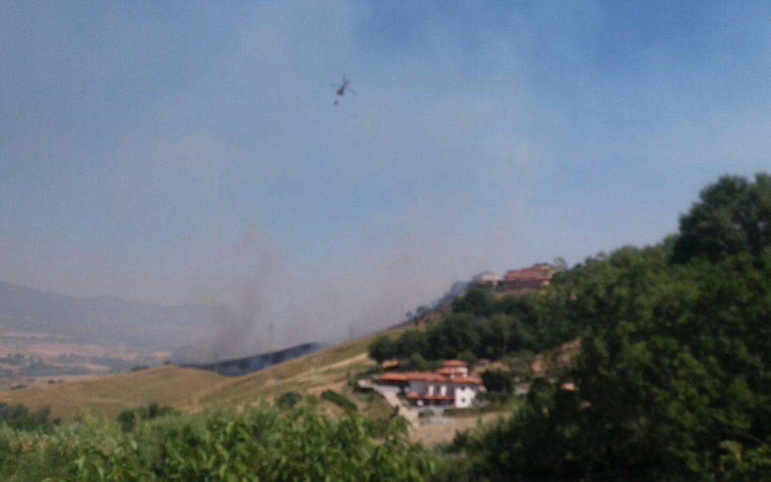 FOTO – Incendio a Montalto, a rischio il centro storico