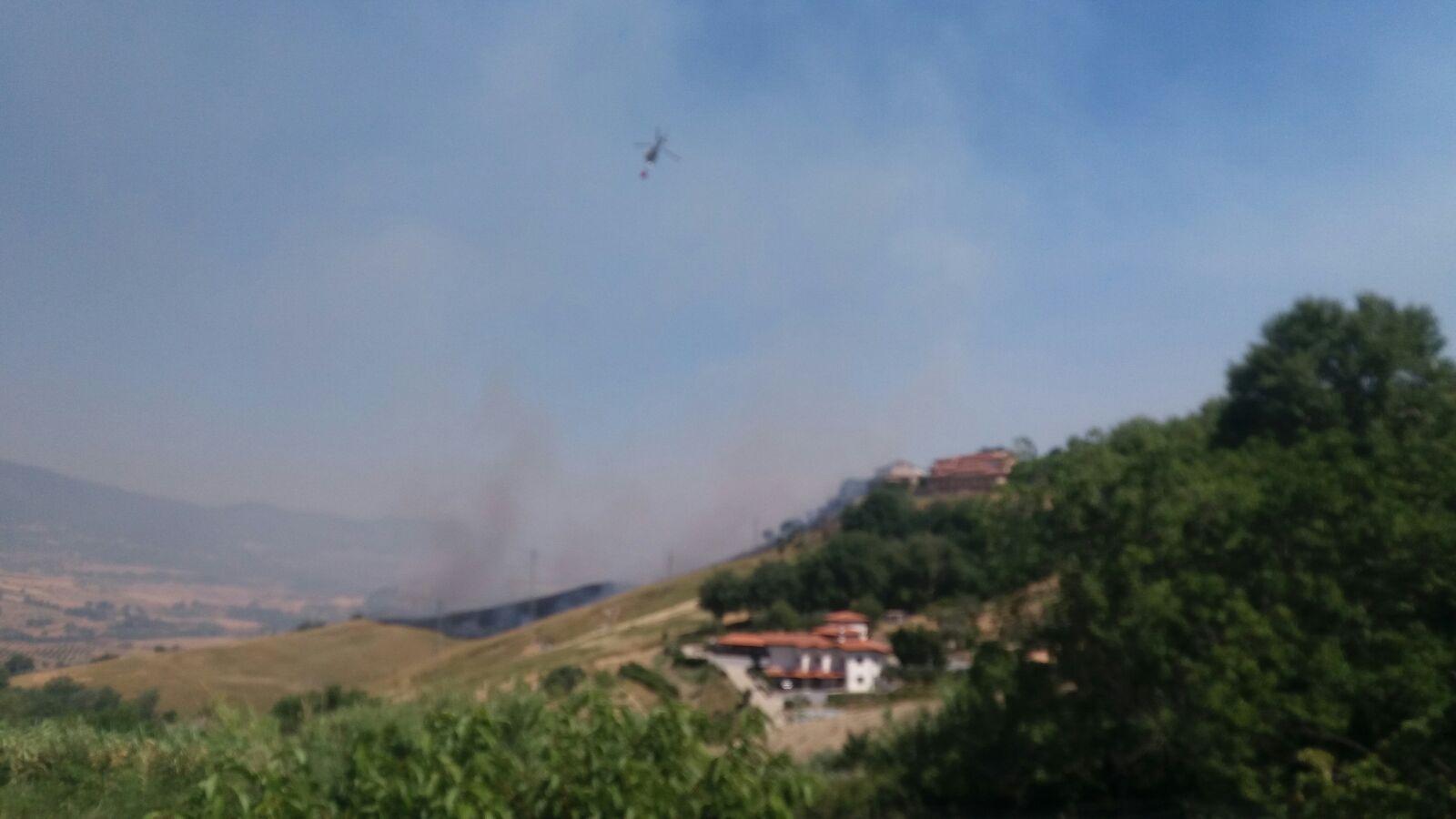 Montalto Uffugo, incendio minaccia il centro storicoPer spegnere le fiamme intervenuti anche gli elicotteri