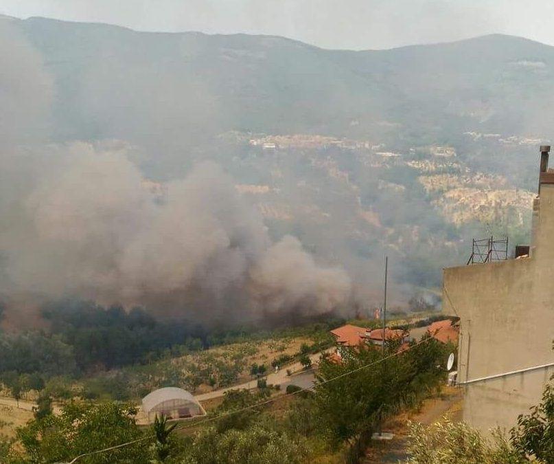 VIDEO – Incendio a Montalto Uffugo, l'intervento degli elicotteri per domare le fiamme