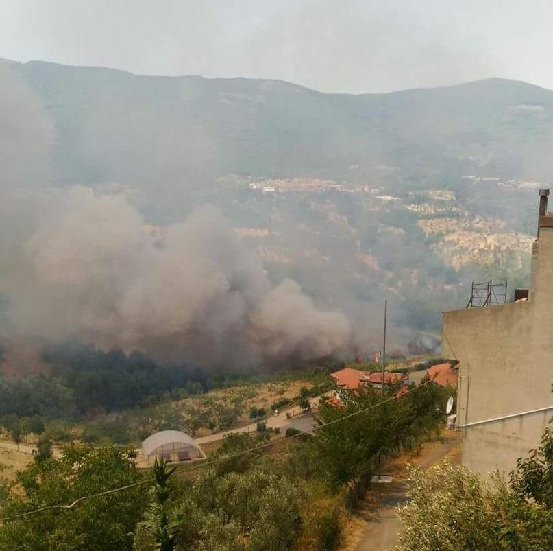 VIDEO - Incendio a Montalto Uffugo, l'intervento degli elicotteri per domare le fiamme