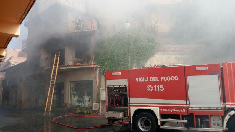 Attimi di paura a Motta San Giovanni nel RegginoIn fiamme un fabbricato nella centralissima via Mazzini