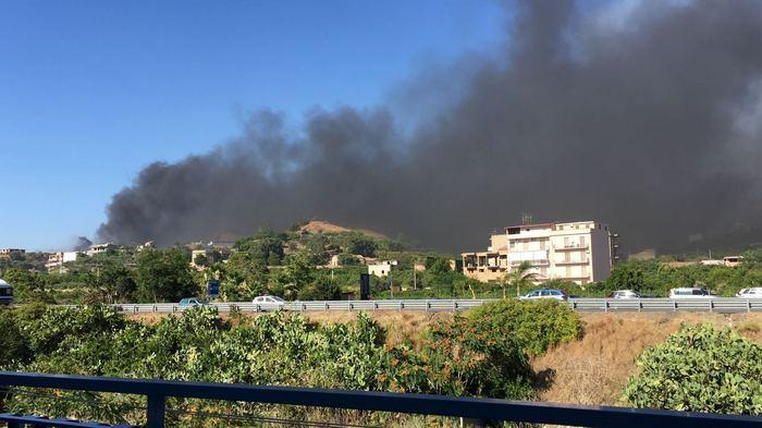 Reggio Calabria, due incendi alla periferia della cittàA rischio alcune case, interviene il prefetto