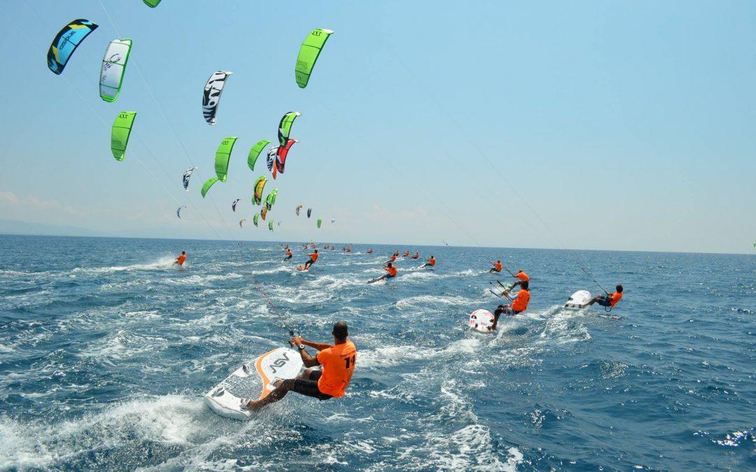 """Gizzeria torna capitale del """"Kite Surf"""", al via le gare  Atleti da tutto il mondo si sfidano in mare"""