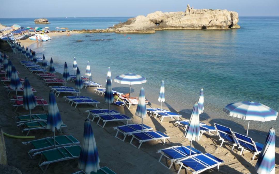 Estate in Calabria tra sdraio, lettino e ombrellone  Le tariffe degli stabilimenti balneari del Vibonese