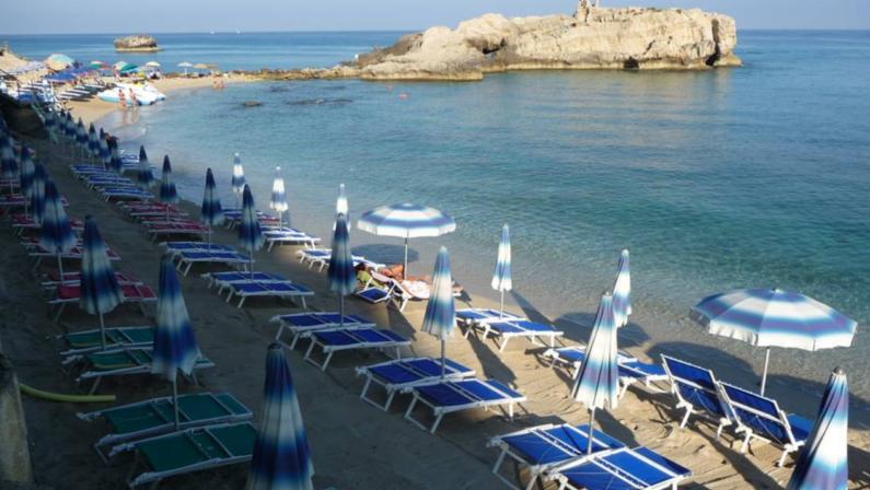 Ombrellone e sedia sdraio? In Calabria rischiano di essere un lusso